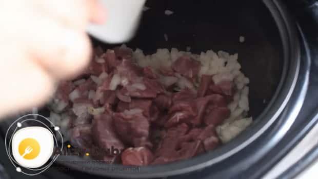 Для приготовления супа с перловкой на говяжьем бульоне обжарьте мясо