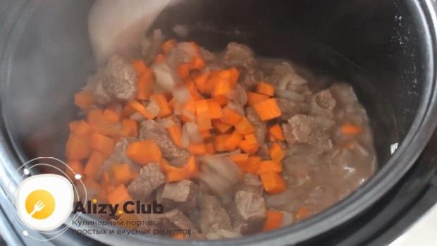 Для приготовления супа с перловкой на говяжьем бульоне обжарьте картофнль