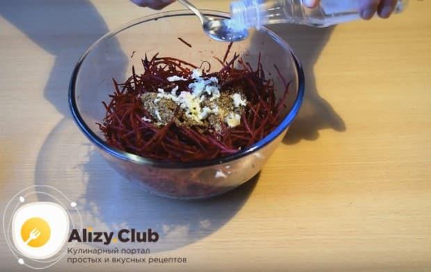В натертую на терке для корейской морковки свеклу добавляем специи, соль, чеснок и уксус.