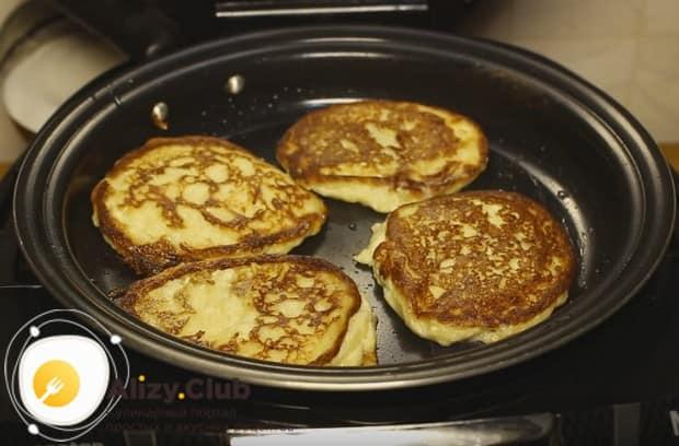 Диетические сырники с бананом проще всего приготовить в мультиварке.