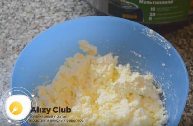 Вилкой разминаем творог с яйцом, сахаром и ванильным сахаром.