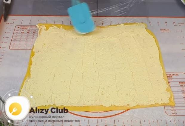 Ровным слоем наносим на сырный пласт сырно-желтковую массу.