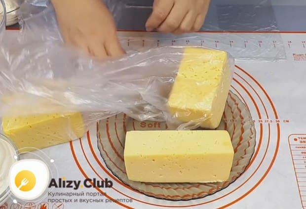Для начала цельный кусок качественного твердого сыра помещаем в плотный полиэтиленовый пакет.