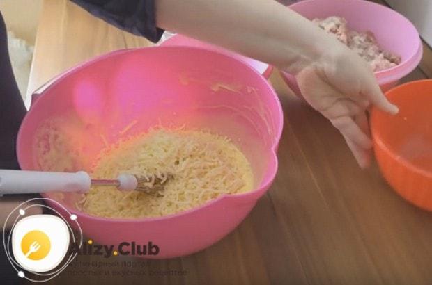 Взбиваем массу и добавляем к ней натертый на терке сыр.