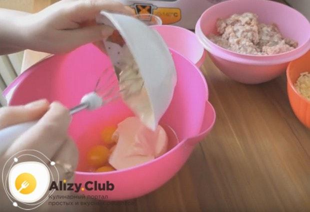 Смешиваем яйца с майонезом.