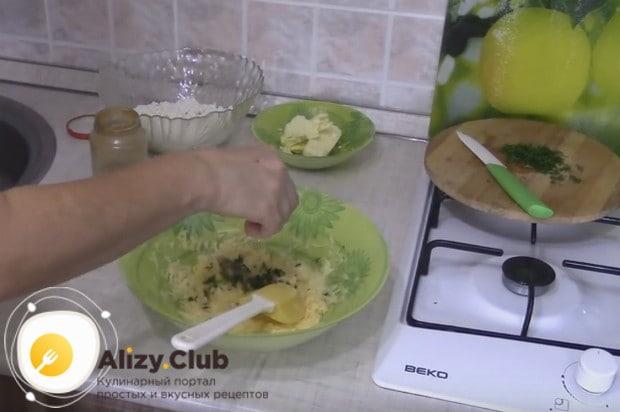 К сырно-яичной массе добавляем измельченную свежую зелень.