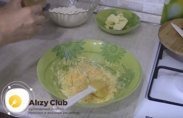 А для этого рецепта надо взбить венчиком яйца и перемешать и с натертым на терке сыром.