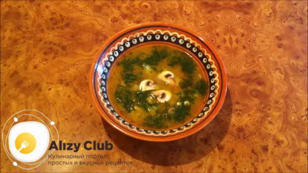 Выключив суп, дайте ему настояться еще минут 20-25