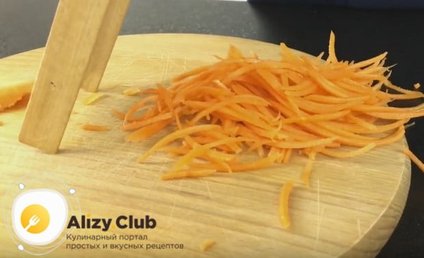 На терке натираем морковку.