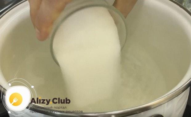 Отдельно готовим маринад на основе воды, соли и сахара.