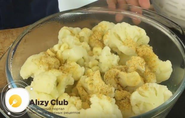 Выкладываем в капусту чеснок, а также посыпаем приправой для корейской морковки.