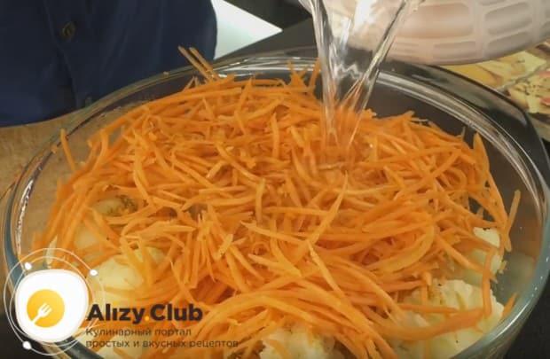 Сюда же добавляем морковь и заливаем все горячим маринадом.