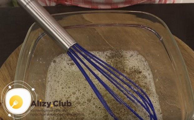 Взбиваем венчиком белки, добавляем к ним соль и перец.