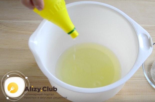 Добавляем к белкам несколько капель лимонного сока.