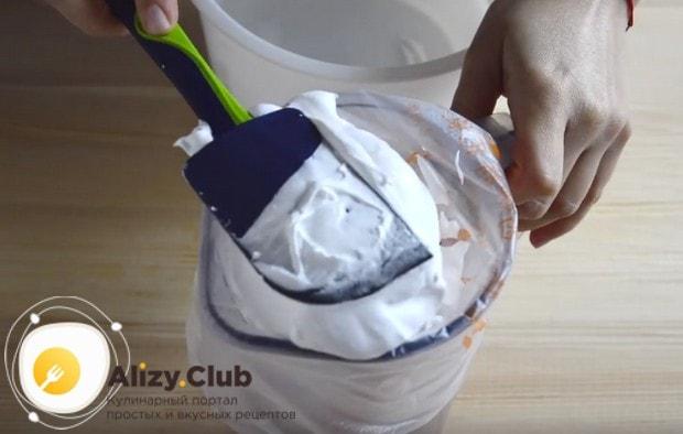 Наносим на кондитерский мешок гелевый краситель и аккуратно перекладываем белковую массу в него.