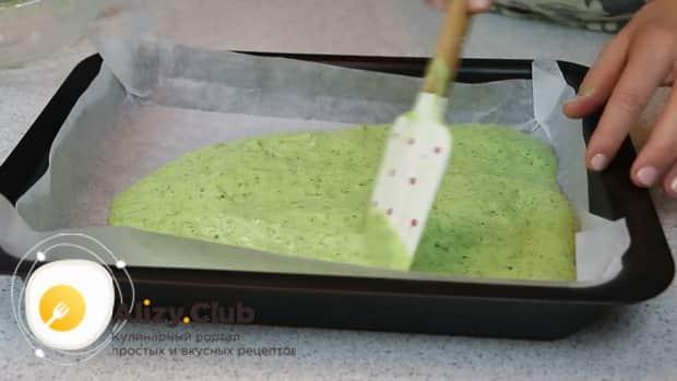 Для приготовления закуски из лаваша с красной рыбой, по простому рецепту подготовьте противень