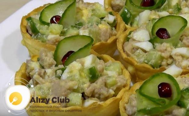 Печень трески с яйцом в тарталетках по такому рецепту можно украсить кружочками огурца.