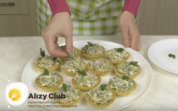 Готовое блюдо можно украсить листиками петрушки.