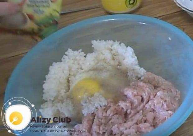 Добавляем соль и перец, выбиваем яйцо.