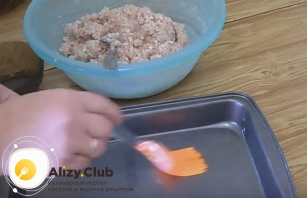 Противень, в котором будем готовить блюдо, смазываем растительным маслом.