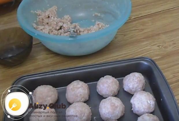 Формируем из фарша небольшие шарики и выкладываем их в форму.