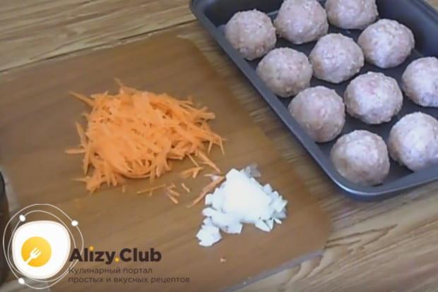 Чтобы приготовить соус для тефтелей в духовке, нам понадобится измельченный лук, и также морковь, которую надо натереть.