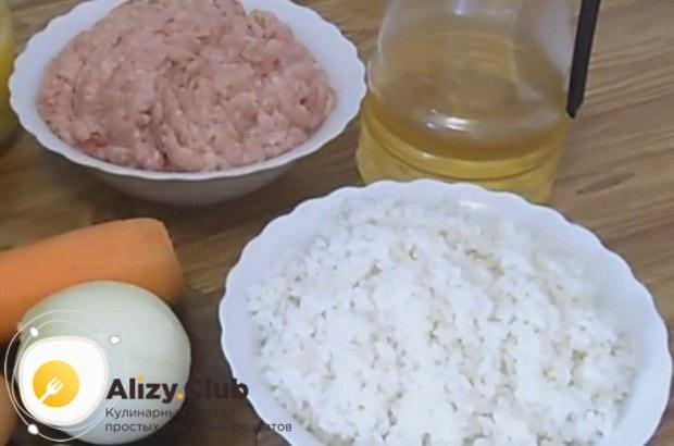 Чтобы приготовить вкусные тефтели в подливе в духовке, заранее отвариваем до полуготовности рис.
