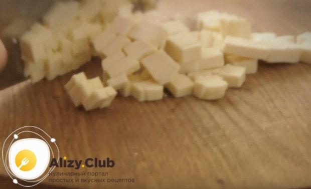 Мелким кубиком нарезаем плавленый сырок.