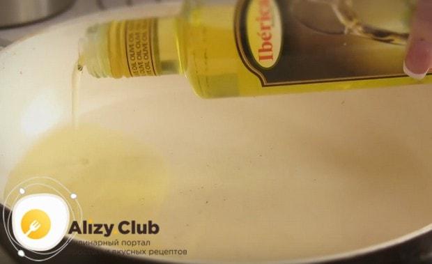 Наливаем на сковороду растительное масло.