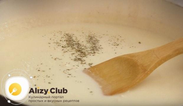 Перемешиваем массу, добавляем молоко и плавленый сырок, перемешиваем.