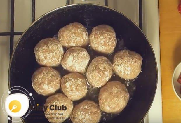 Выкладываем сформированные тефтельки на разогретую сковороду с растительным маслом.