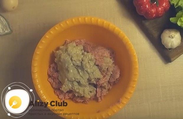 Добавляем к свинине измельченный мясорубкой лук.