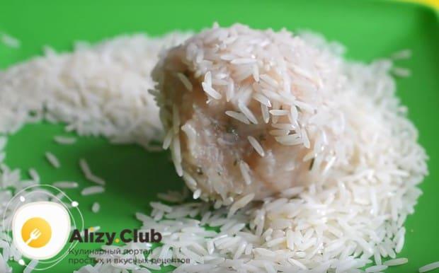 Каждую тефтелю обваливаем в рисе.