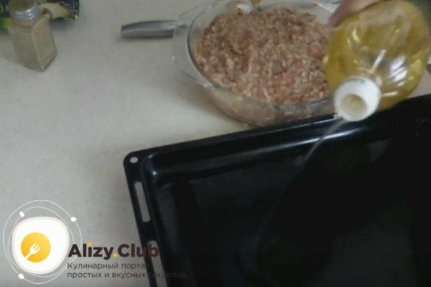 Готовить тефтели с рисом будем по рецепту в духовке, поэтому смазываем противень маслом.