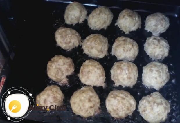 Во время готовки можно налить на противень немного воды, чтобы блюдо не подгорело и было более сочным.