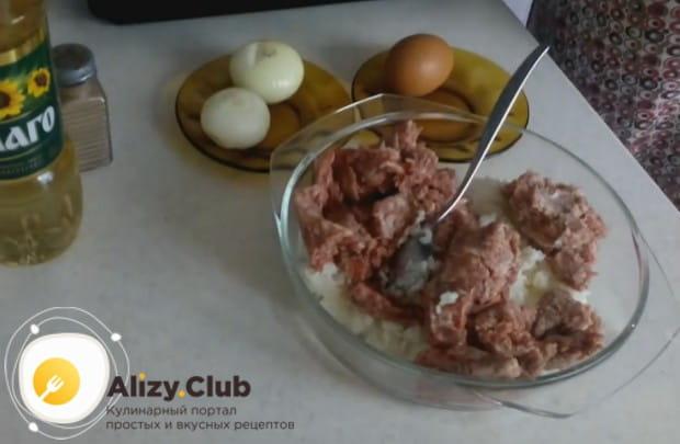 Перед тем, как приготовить тефтели из фарша с рисом по такому рецепту, крупу надо отварить.