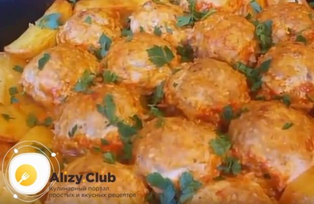 Тефтели, запеченные в духовке с картофелем, станут полноценным сытным блюдом!