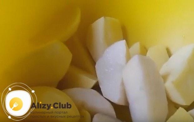 Солим картошку.