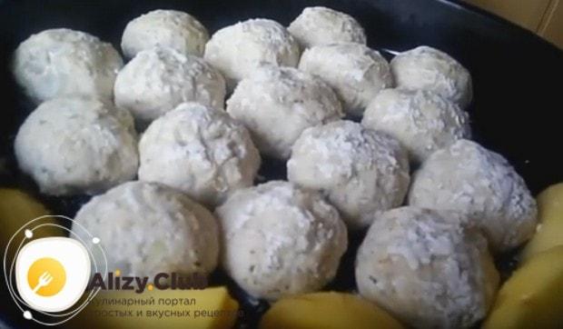 Выкладываем картофель в форму к тефтелям.