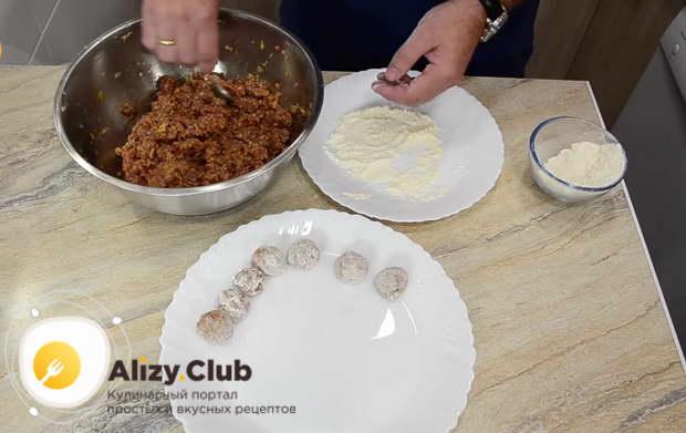 Стакан муки высыпаю на тарелочку и формирую руками небольшие шарики