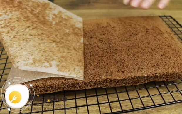 Готовый бисквит остужаем на решетке и снимаем с него пергамент.