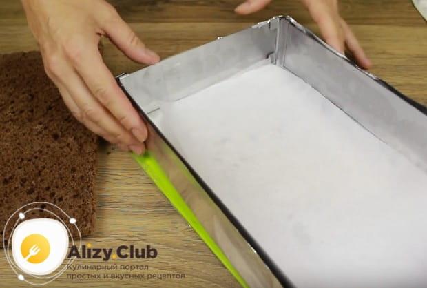 Форму для формирования торта застилаем пергаментом.