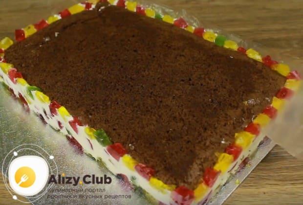 Сформированный десерт надо продержать в холодильнике до полного застывания.