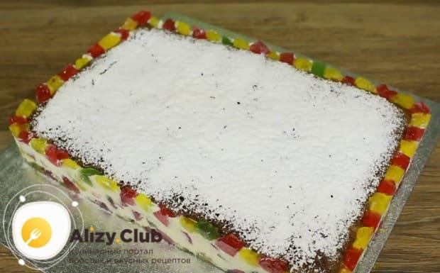 Десерт можно украсить сахарной пудрой.