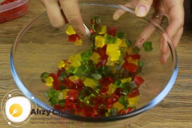Перемешиваем в одной миске разноцветные желейные кубики.
