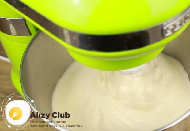 Для приготовления теста взбиваем яйца с сахаром в пышную пену.