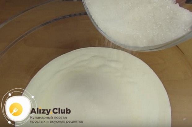 Добавляем к сметане сахар и перемешиваем.