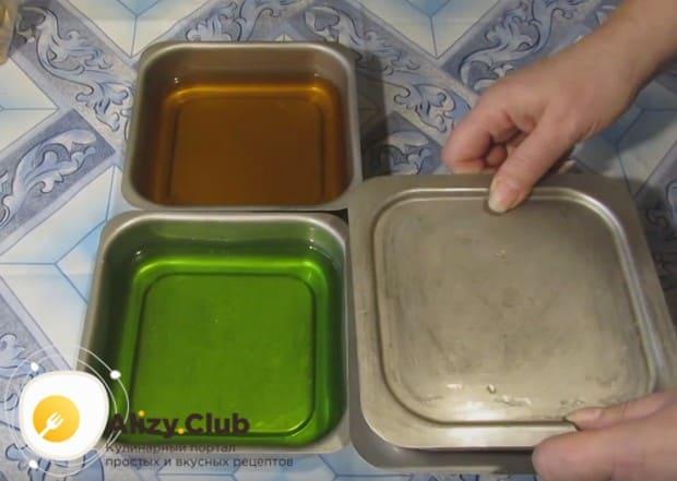 Разводим в отдельных емкостях разноцветное желе.