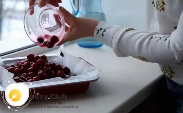 Для приготовления торта брауни с вишней, соедините ингредиенты