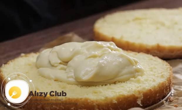 Для приготовления торта чародейка, смажьте кремом коржи